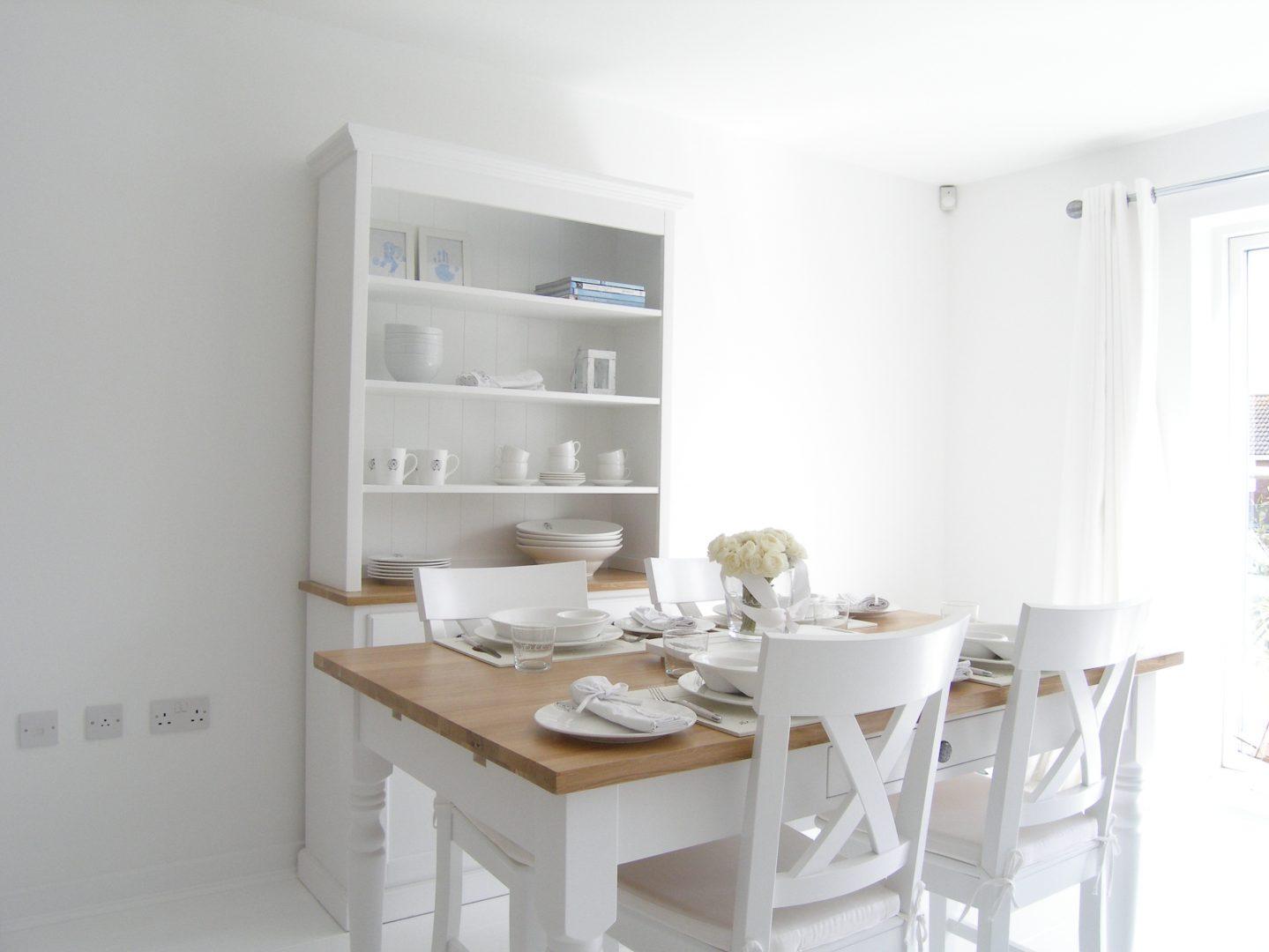 Mesa de cocina de madera blanca im genes y fotos for Mesa cocina blanca