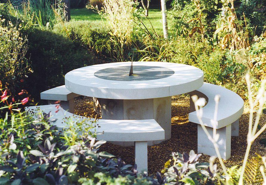 Mesa de jard n de piedra con bancos im genes y fotos for Mesa y banco de jardin