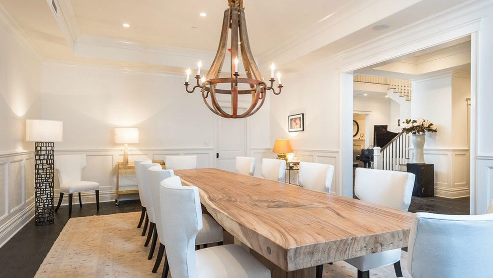 mesa de madera con sillas blancas