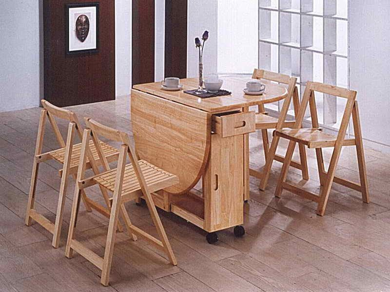 Mesas de madera plegables for Mesa con sillas dentro
